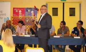 Joseph Segura entouré de ses élus et des techniciens lors de la réunion publique